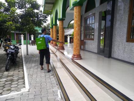 Pemuda Bakung Menyemprot Disinfektan Guna Menangkal Covid-19